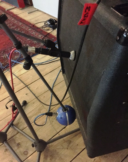 EP opnames met oa M160 en Blue Ball op de guitar cab van The Timers